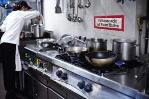 Brandschutzschild: Fettbrand nicht mit Wasser löschen