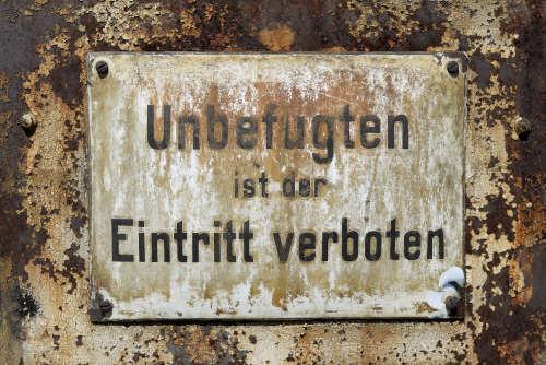 Altes Schild: Unbefugten ist der Eintritt verboten
