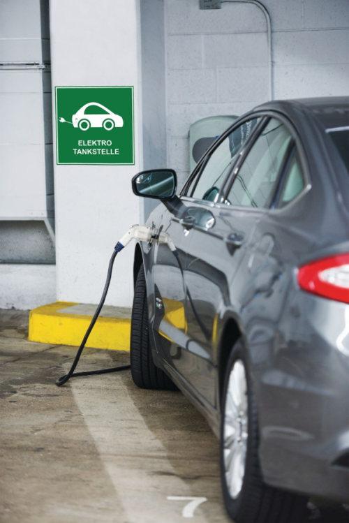 Hinweisschild für Elektrotankstelle mit Auto und Stromkabel