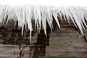 Eiszapfen die vom Dach hängen
