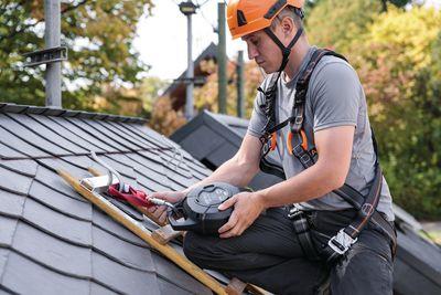 Arbeiter beim Absichern auf einem Dach